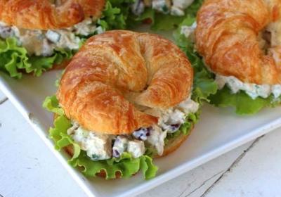 Mayonezli tavuklu kruvasan sandviçleri