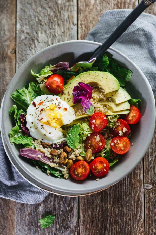 avokadolu kinoalı yumurtalı salata