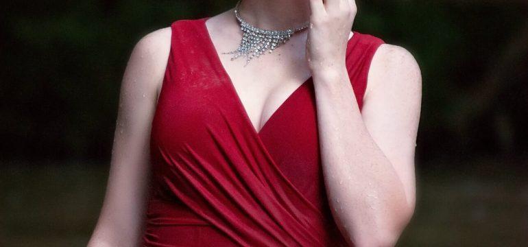 Kırmızı elbiseye uygun takı seçimi